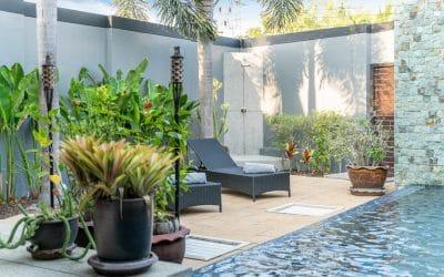 Plage de piscine confortable : construction, décoration et ameublement
