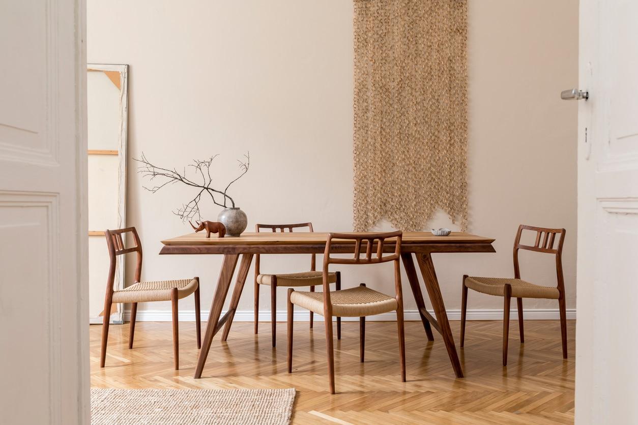Salle à manger avec table et chaises en bois