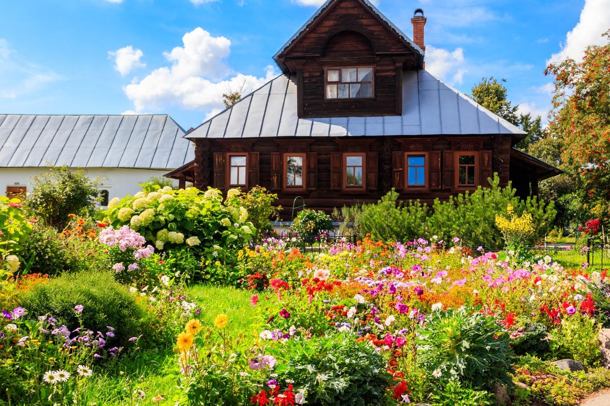 Jardin bucolique d'une vieille maison en bois