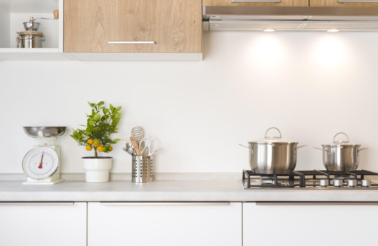 Meubles de rangement au mur d'une cuisine tendance