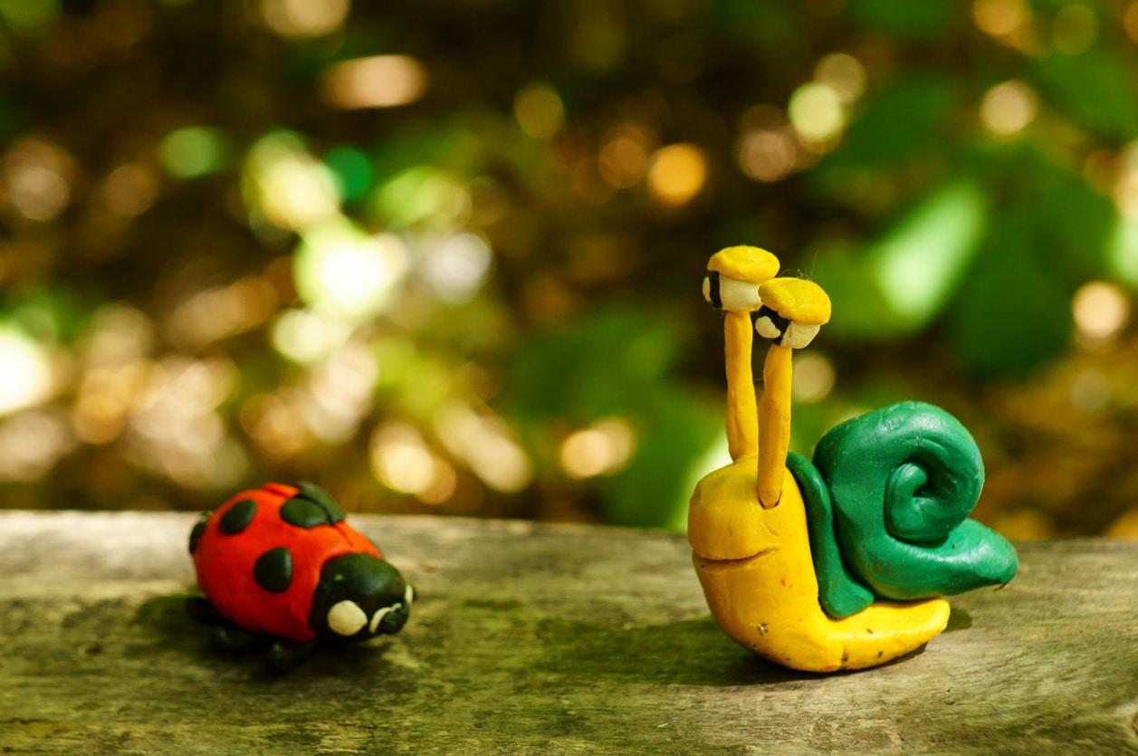 Figurines d'animaux dans un jardin