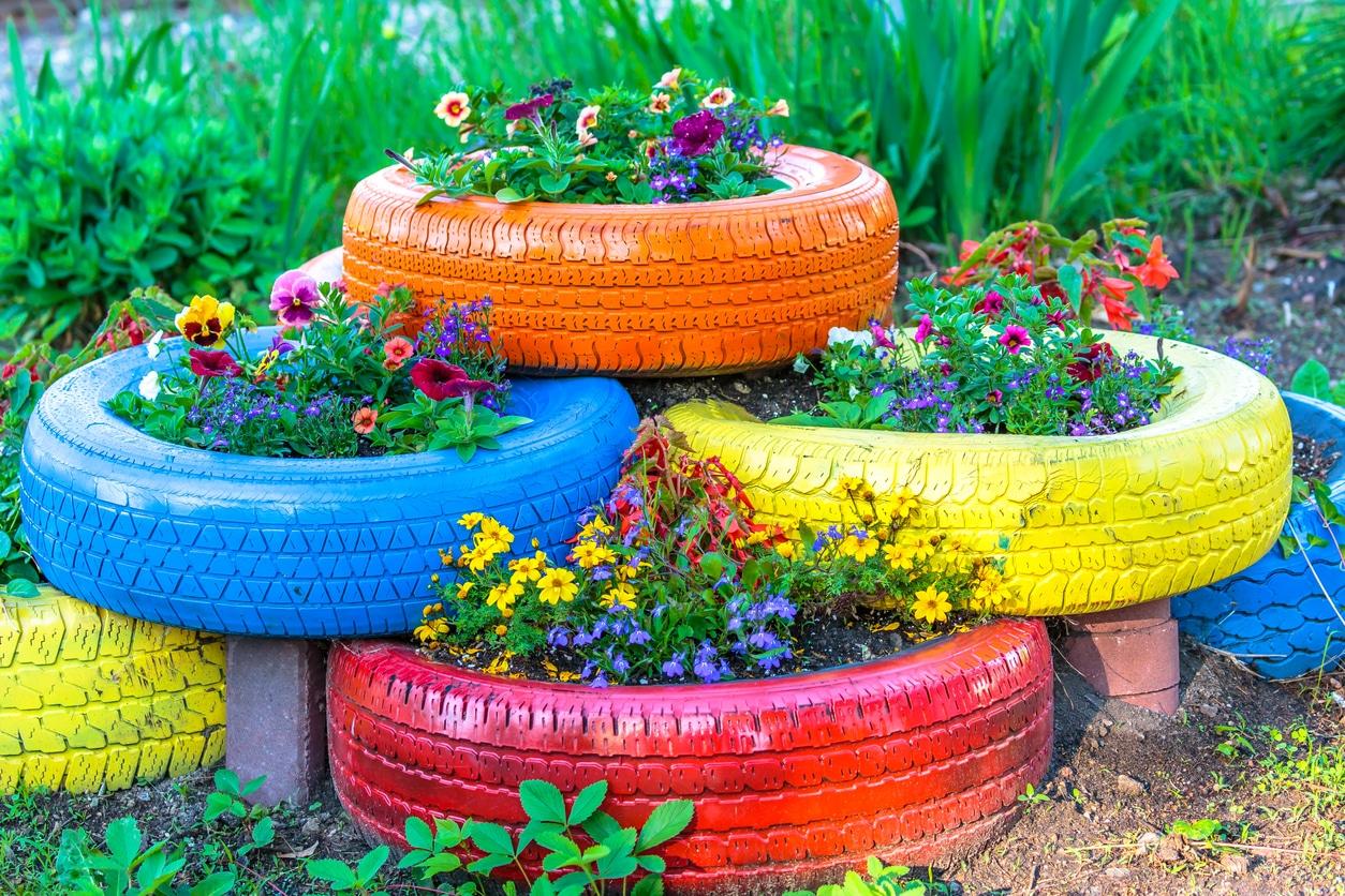 Pneus de couleur en jardinière