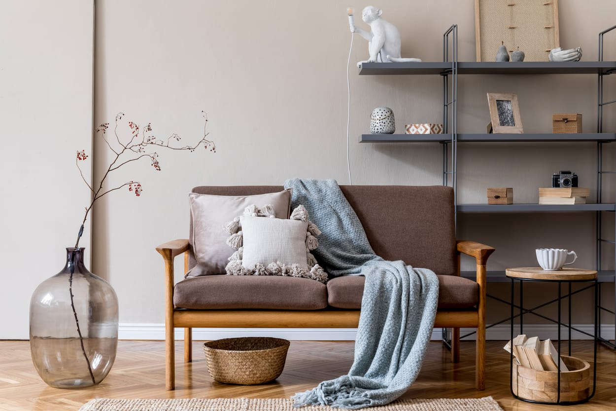 style japandi - sofa en bois brun et stand en métal