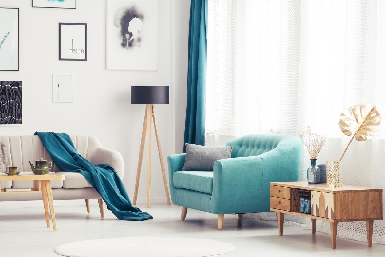 salon scandinave avec fauteuil bleu