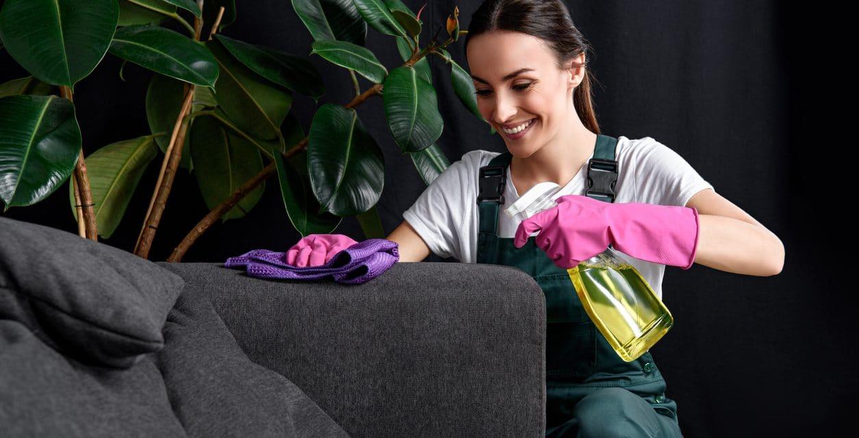 Comment nettoyer un canapé en tissu, nos conseils et astuces