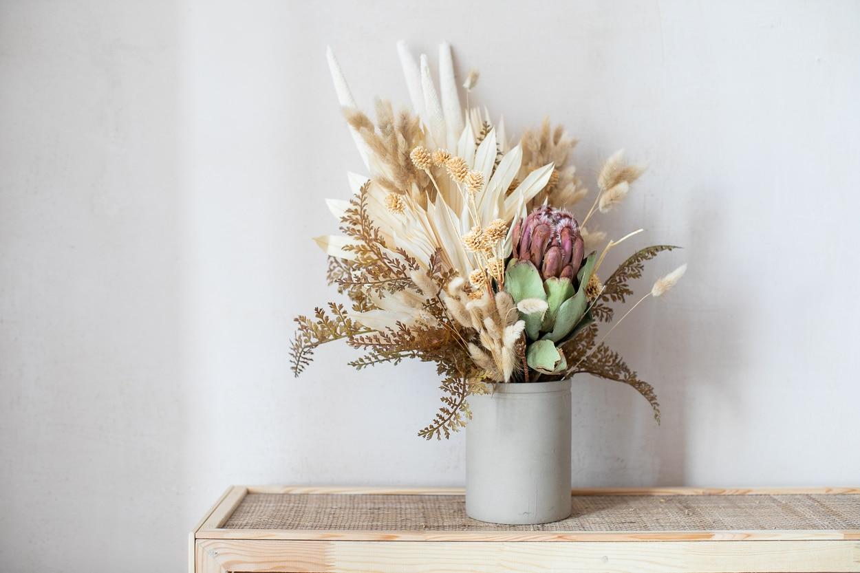 Jolies fleurs séchées dans un vase